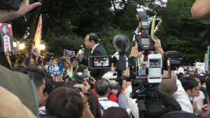 国会前で開かれた抗議集会であいさつする志位委員長