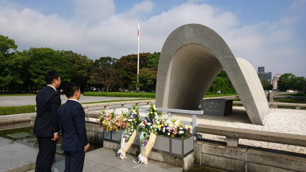 原爆慰霊碑に献花